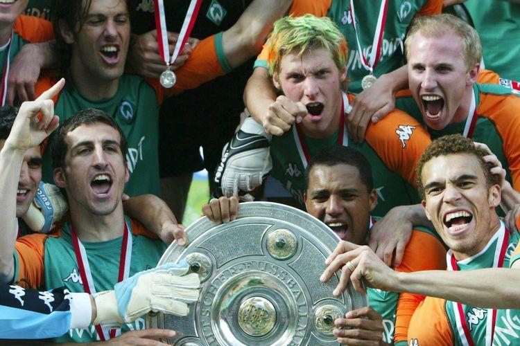 Skuad Werder Bremen saat merayakan gelar Bundesliga musim 2003-2004.