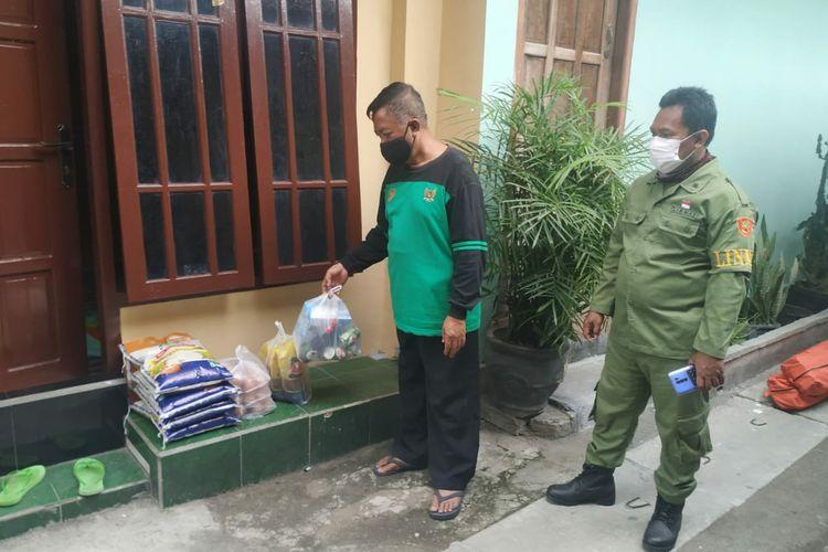 Pemkot Kediri, Jawa Timur membagikan sembako kepada warga RT 03 RW 04 Kelurahan Setonopande yang tengah menjalani isolasi mandiri.
