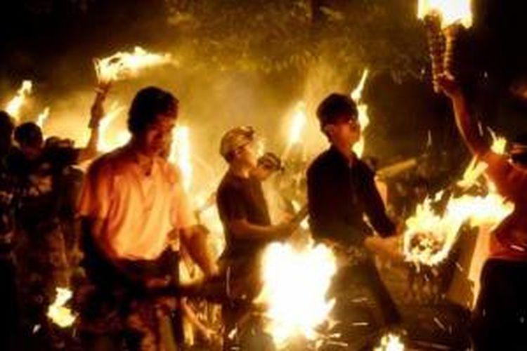 Desa Pekraman Jasri memiliki tradisi kuno yang disebut ter-teran atau api perang yang jarang ditemukan di tempat lain di Pulau Bali.