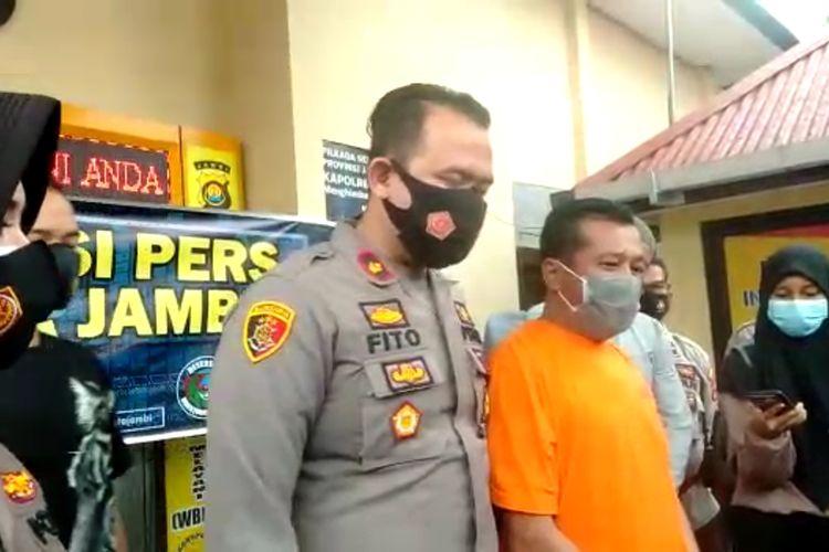 Pelaku (baju orange) di sebelah Kompol Afrito selaku Kapolsek  Kota Baru menjawab beberapa pertanyaan wartawan tentang dasar penganiayaannya, pada Kamis (14/1/2021) di Mapolsek Kota Baru Jambi.