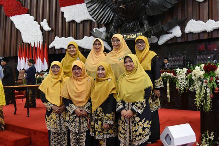 Anggota DPR RI Nevi Zuairina (baris kedua, paling kiri).