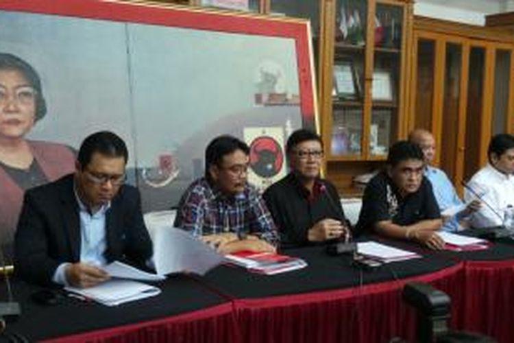 Para pengurus DPP PDI Perjuangan (kiri-kanan); Arif Budimanta, Djarot Saiful Hidajat, Tjahjo Kumolo, Andreas Hugo Pareira, dan M Prakosa dalam jumpa pers tentang rapat kerja nasional PDI Perjuangan ketiga, Rabu (4/9/2013) di kantor DPP PDI Perjuangan. Rakernas terakhir sebelum Pemilu itu akan dilakukan pada 6-8 September di Jakarta.