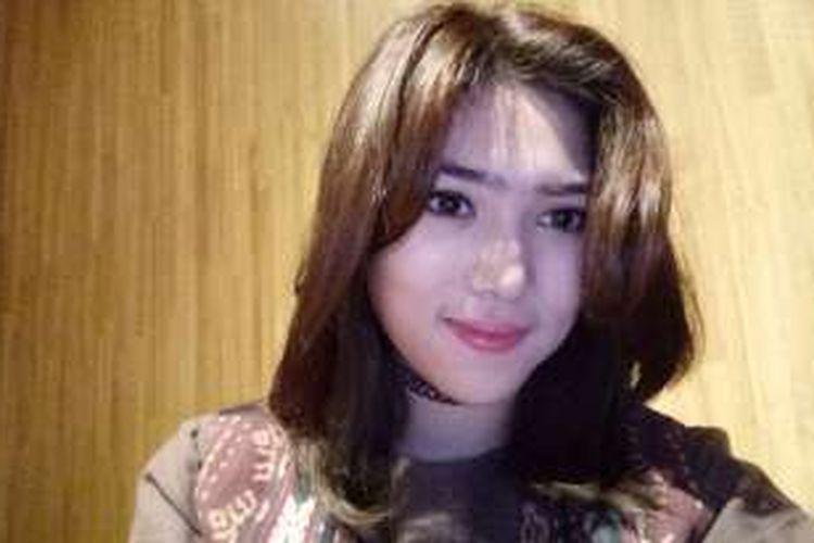 Penyanyi Isyana Sarasvati mencoba menggunakan ponsel kamera Oppo F1 Plus untuk selfie saat menghadiri buka bersama di Locanda, Jakarta.