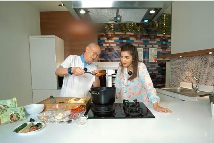 William Wongso mengajari Ashanty memasak rendang nangka muda.