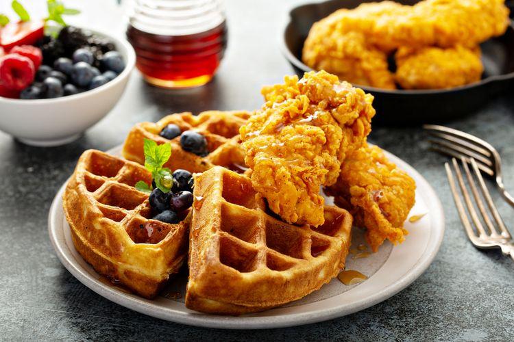 Ilustrasi waffle biasa dengan topping sirup maple dan ayam goreng khas Amerika