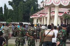 Kantor Dikepung Massa, Sekda SBB Dievakuasi Polisi