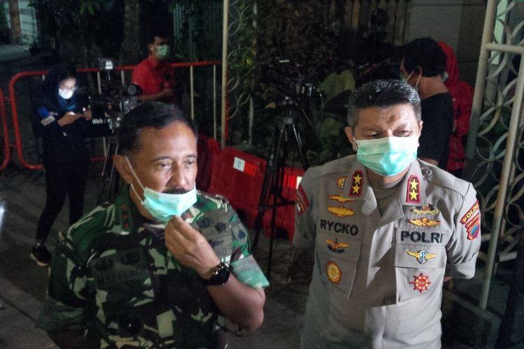 Pangdam IV/Diponegoro Mayor Jenderal TNI Mochamad Effendi didampingi Kapolda Jawa Tengah, Irjen Pol Rycko Amelza Dahniel di Solo, Jawa Tengah, Rabu (25/3/2020) malam.