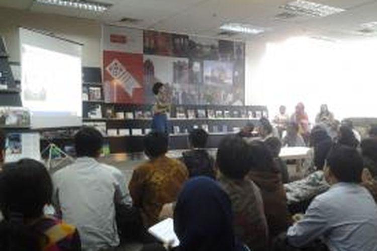 Koordinator Beasiswa StuNed Nuffic Neso Indonesia Indy Hardono saat memberikan penjelasan kepada ratusan penerima beasiswa ke Belanda di Gedung Nuffic Neso, Menara Jamsostek, Jakarta, Jumat (23/5/2014).