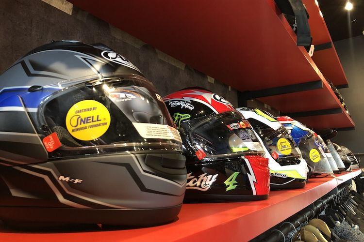 Beberapa koleksi helm yang ada di RC Motogarage