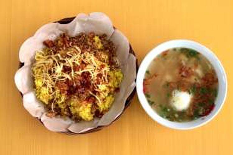 Nasi kuning Gorontalo disajikan dengan taburan abon cakalang dan kuah kaldu.