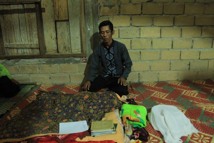 Ngadirun (34) ayah dari Elsa Pitalokas bayi berumur empat bulang yang meninggal diduga akibat terpapar kabut asap kebakaran hutan dan lahan ketika berada di rumah duka di Dusun III, Desa Talang Bulu, Kecamatan Talang Kelapa, Kabupaten Banyuasin, Sumatera Selatan, Minggu (15/9/2019).
