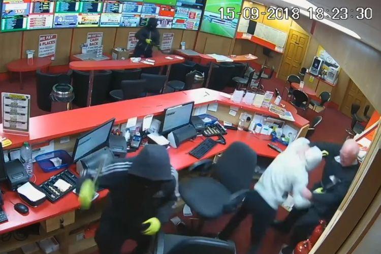 Seorang kakek asal Irlandia, Denis OConnor, melawan perampok yang menyerang kantor Bar One Racing Bookmakers pada Sabtu (15/9/2018). (Sky News)
