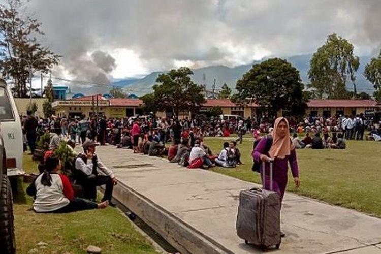 Ribuan warga pendatang mengungsi sejak kerusuhan berdarah pecah di Wamena, Senin (23/09)