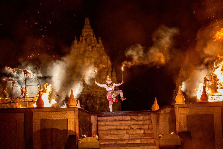 Sosok Anoman dalam Sendratari Ramayana yang dilaksanakan di Candi Prambanan.