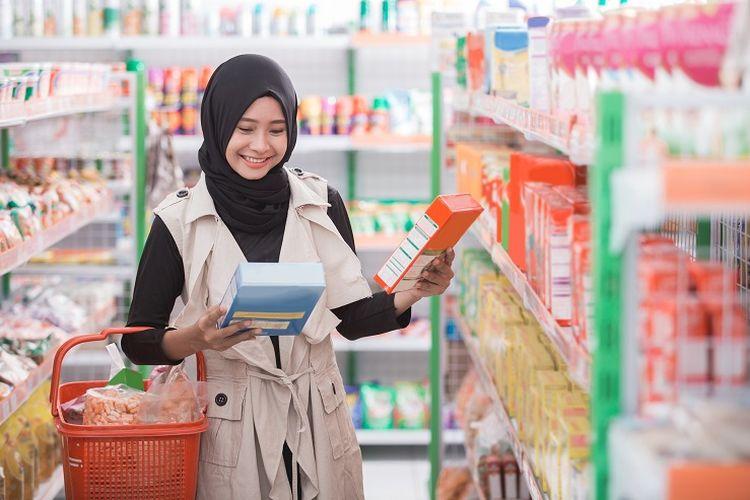 Ilustrasi wisata halal - Seorang wanita membeli produk halal di supermarket.