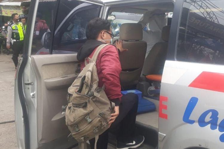 Seorang pemudik yang terjaring penyekatan pemudik di depan Terminal Bus Kota Tegal, dibawa ambulans untuk isolasi di Rusunawa Tegalsari, Kota Tegal karena positif tes cepat antigen, Rabu (12/5/2021). (Dok. Satlantas Polres Tegal Kota)
