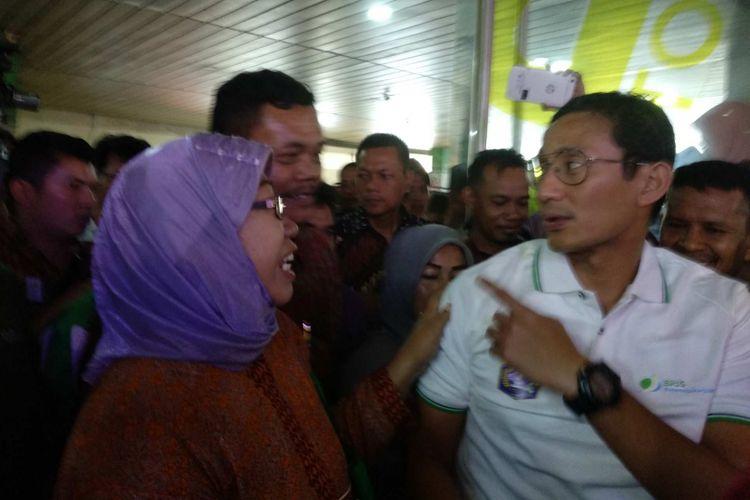 Wakil Gubernur DKI Jakarta Sandiaga Uno didatangi pedagang Blok G Tanah Abang ketika menghadiri acara BPJS Ketenagakerjaan di Blok B, Senin (23/4/2018).
