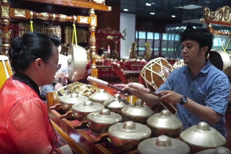 Tangkapan layar dari video Xinhua yang menunjukkan Randy Geovani Putra, seorang guru asal Indonesia, mengajarkan gamelan di kampus Akademi Kesenian Guangxi, China.