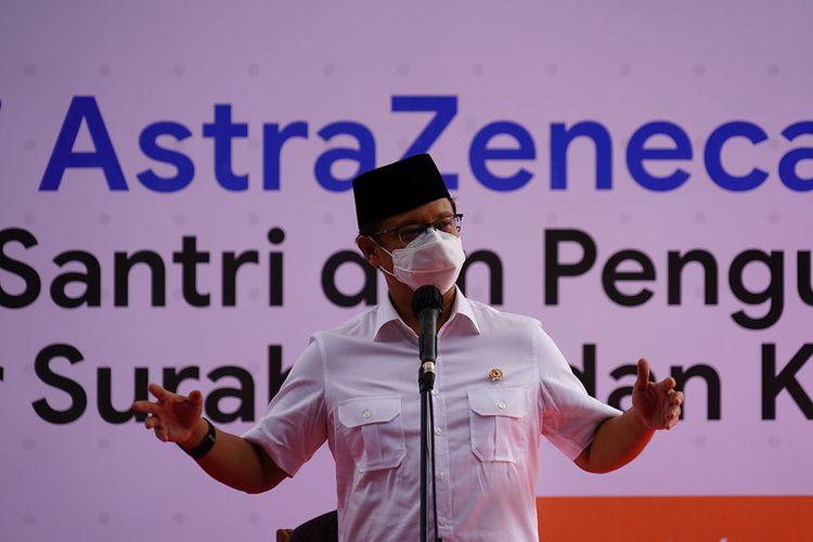 Menteri Kesehatan (Menkes) Budi Gunadi Sadikin hadir meninjau secara langsung dalam vaksinasi Covid-19 dengan menggunakan vaksin AstraZeneca untuk para pengurus serta santri di Pondok Pesantren Lirboyo, Kota Kediri, Jawa Timur, Selasa (23/3/2021).