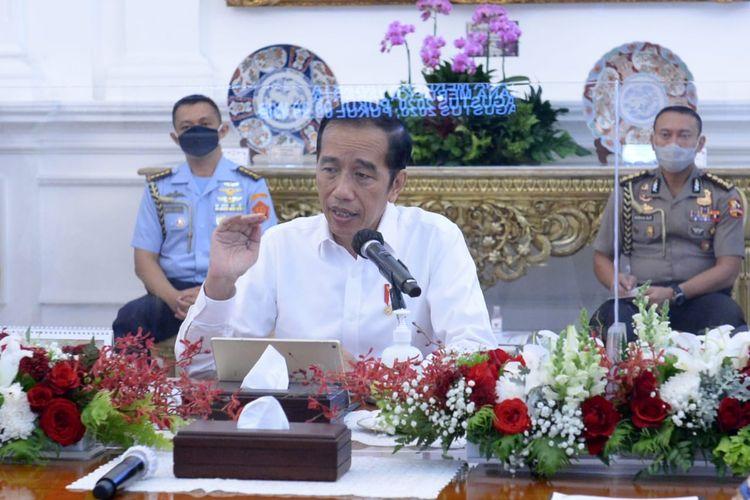 Presiden Joko Widodo dan sejumlah menteri Kabinet Indonesia Maju tertangkap kamera tak menggunakan masker saat rapat terbatas di Istana Negara, Jakarta, Senin (3/8/2020).