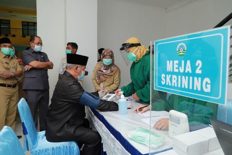 Bupati Kebumen Kiai Yazid Mahfudz menjalani skrining sebelum vaksinasi Covid-19 terhadap jajaran Forkompimda Kebumen, Jawa Tengah, Senin (25/1/2021).