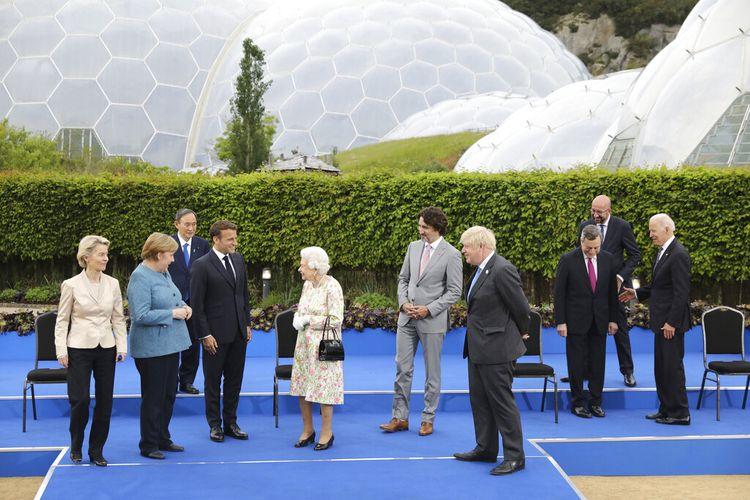 Ratu Inggris Elizabeth II berbicara dengan para pemimpin G7 di Proyek Eden di Cornwall, Inggris, Jumat (11/6/2021) selama KTT G7.