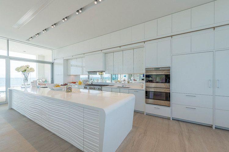 Desain dapur serba putih dengan lantai kayu