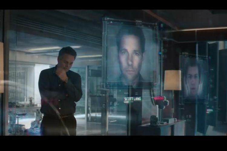 Adegan di mana Bruce Banner atau Hulk melihat gambar pahlawan yang hilang, foto kepala dari Scott Lang muncul pada sebuah layar hologram.