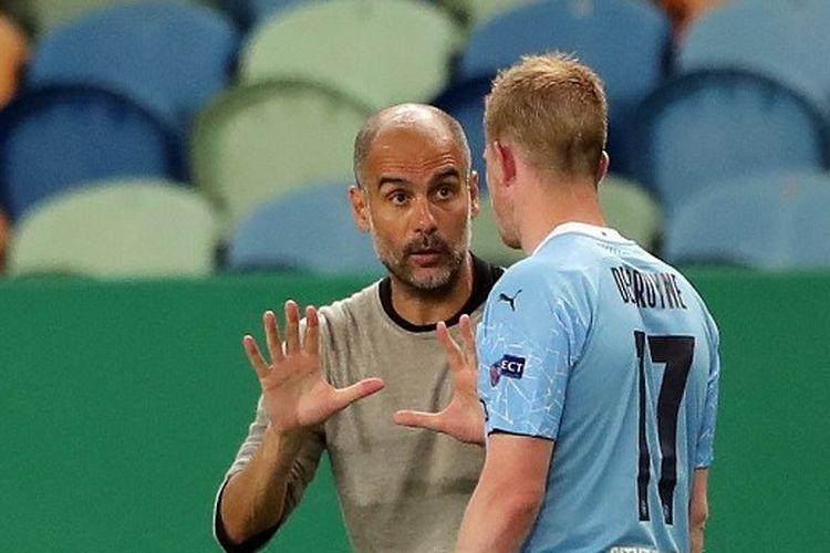 Pelatih Manchester City Pep Guardiola berbicara dengan Kevin de Bruyne.