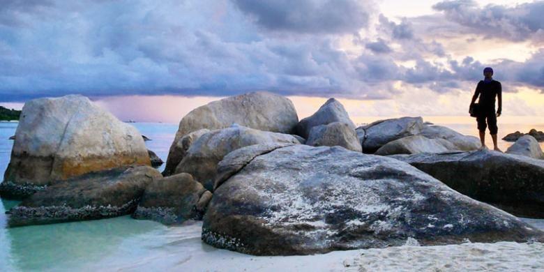 Pantai Tanjung Tinggi di Desa Ciput, Kecamatan Sijuk, Kabupaten Belitung, Provinsi Bangka Belitung.