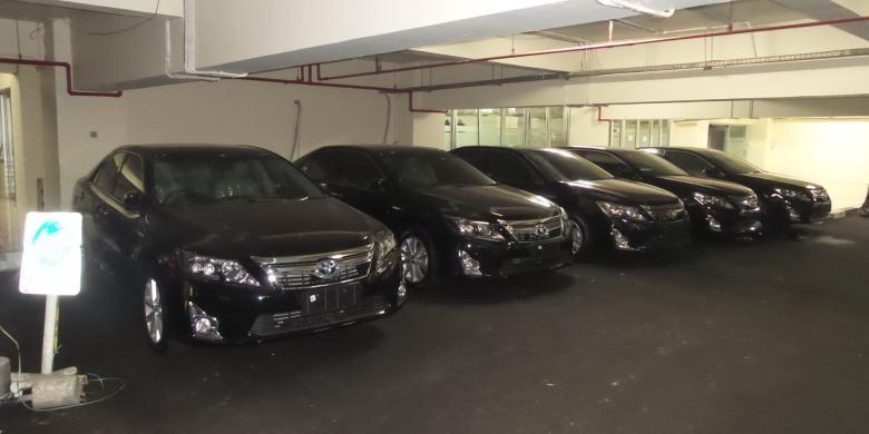 Lima unit mobil baru Toyota Camry yang nantinya akan digunakan sebagai kendaraan dinas pimpinan DPRD DKI Jakarta