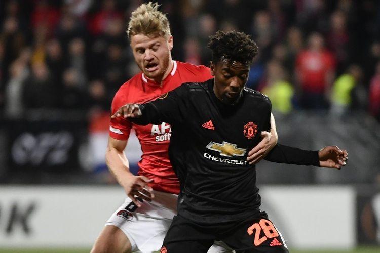 Fredrik Midtsjo berduel dengan Angel Gomes dalam laga AZ Alkmaar vs Manchester United di Stadion ADO dalam lanjutan Liga Europa, 3 Oktober 2019.