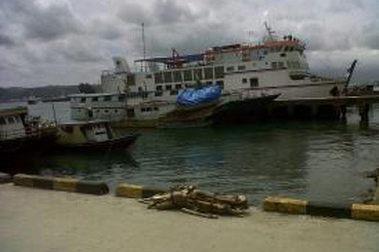 SuasanaPelabuhan Slamet Riyadi, Ambon, Maluku.