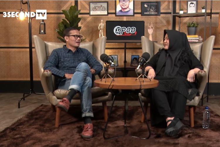 Penyanyi dan penulis Risa Saraswati (kanan) berbincang dengan Soleh Solihun di kanal YouTube 3SecondTV