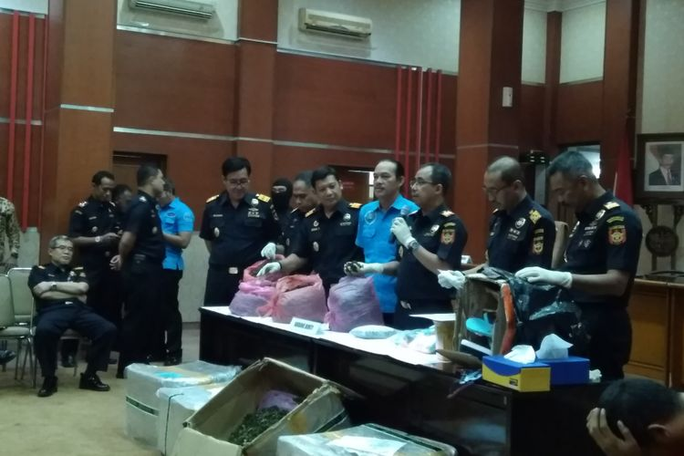 Bea Cukai dan Badan Narkotika Nasional (BNN) ketika melakukan konferensi pers pengungkaoan penyelundupan 68 kg katinon dan 15.487 pil ekstasi, Senin (28/5/2018).