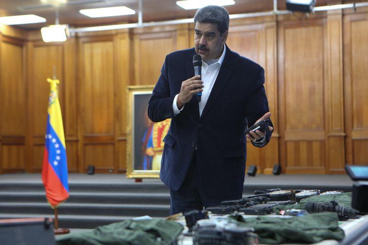 Gambar yang dirilis Kantor Kepresidenan Venezuela menunjukkan Presiden Nicolas Maduro berbicara dalam pertemuan dengan petinggi Angkatan Bersenjata Nasional Bolivar (FANB) di Miraflores, Istana Presiden di Caracas, pada 4 Mei 2020. Jaksa Agung Tarek William Saab mengklaim, dua warga AS ditangkap karena berusaha melancarkan kudeta menggulingkan Maduro.