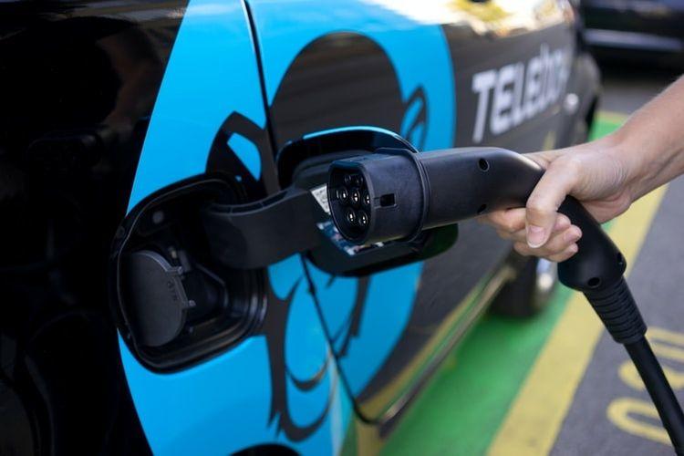 Ilustrasi soket pengisian daya mobil listrik