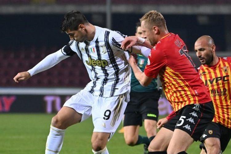 Penyerang Juventus, Alvaro Morata, berduel dengan bek Benevento, Kamil Glik, pada laga lanjutan pekan ke-9 Liga Italia, Minggu (29/11/2020) dini hari WIB.