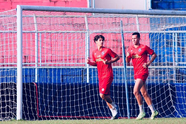 Dua pemain asing dari Brasil Hugo Gilherme Correa Grillo dan Pedro Henrique Bartoli Jardim mengikuti latihan bersama Arema FC di Stadion Kanjuruhan Kabupaten Malang, Jawa Timur, Selasa (18/08/2020) sore.