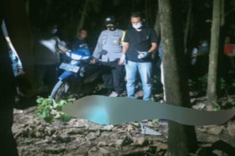 Pria di Ngawi ini nekat menganiaya pasangan wilnya dengan parang hingga luka parah kemudian bunuh diri dengan minum racun. Mayat korban ditemukan ditengah kebun jati milik warga Minggu malam..