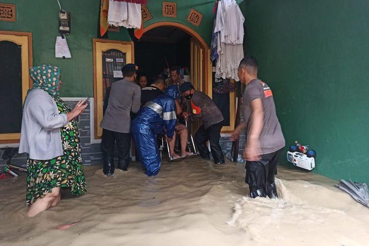 Petugas saat membantu evakuasinya warga terdampak banjir di Indramayu Jawa Barat, Senin (8/2/2021).