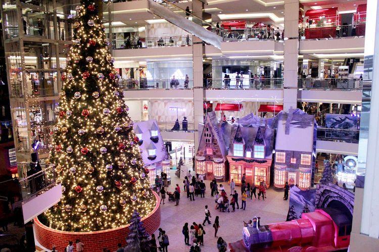 Dekorasi menjelang perayaan Natal di mal Taman Anggrek, Jakarta,Sabtu(14/12/2019). Menjelang perayaan Hari Natal, sejumlah pusat perbelanjaan menghias interior dengan dekorasi natal.