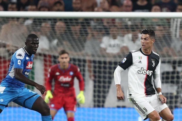 Kalidou Koulibaly tengah mengejar Cristiano Ronaldo pada pertandingan Juventus vs Napoli di Stadion Juventus dalam lanjutan Liga Italia, 31 Agustus 2019.