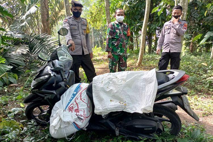 Polisi menemukan mayat perempuan di dalam karung yang diletakkan di atas sepeda motor tidak jauh dari lokasi mayat pria menggantung di kebun sengon di Desa Kawedusan, Kecamatan Ponggok, Kabupaten Blitar, Rabu (1/9/2021)
