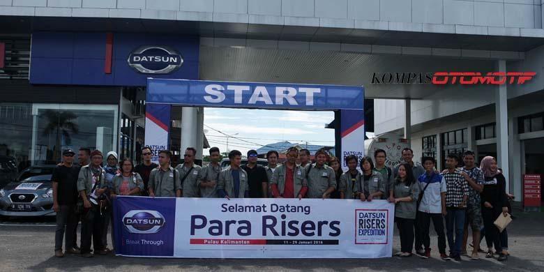 Datsun GO  Community Indonesia (DGCI) Pontianak berpose bersama para risers Datsun Risers Expedition Gelombang 3 etape III.