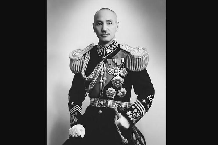 Chiang Kai Shek muda dalam seragam militernya.