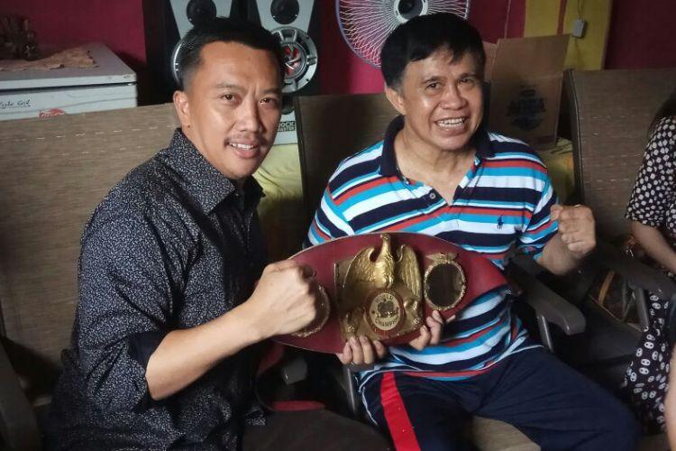 Menpora Imam Nahrawi (kiri) berpose bersama petinju legendaris Indonesia, Ellyas Pical, di kediamannya di kawasan Bintaro, Tangerang, Jumat (10/3/2017).