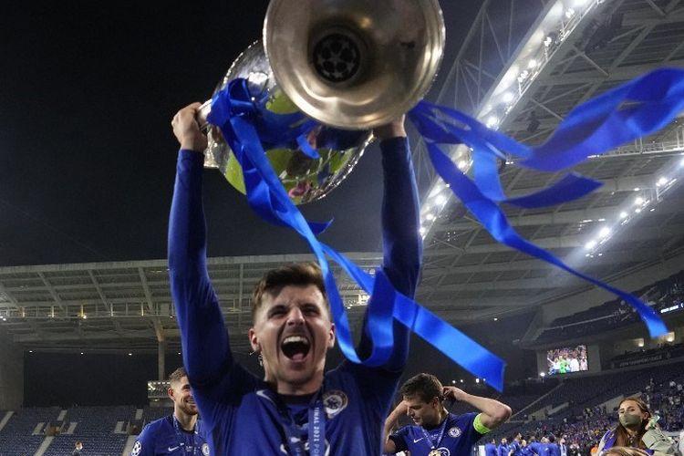 Mason Mount mengangkat trofi Liga Champions. Chelsea menjadi juara Liga Champions untuk kali kedua sepanjang sejarah klub setelah kemenangan solid 1-0 lawan Manchester City pada Minggu (30/5/2021).