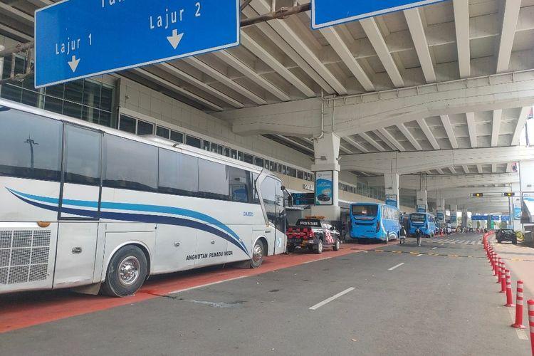 Aktivitas transportasi di kawasan Terminal 3 Bandara Soekarno-Hatta kembali normal usai massa penyambut kepulangan Pimpinan FPI Rizieq Shihab membubarkan diri, Selasa (10/11/2020)