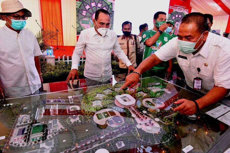 Gubernur Sumut Edy Rahmayadi memperhatikan konsep pembangunan Sport Center Sumut di Jalan Arteri Kualanamu, Desa Sena, Kecamatan Batangkuis, Kabupaten Deliserdang, Sumatera Utara, Jumat (14/8/2020)